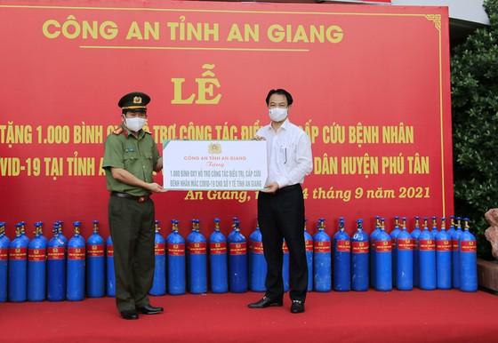 An Giang: Trao tặng 2.000 bình oxy cho khu điều trị và 50 tấn gạo giúp người dân khó khăn  ảnh 1