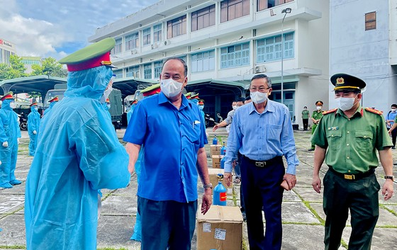 An Giang: Trao tặng 2.000 bình oxy cho khu điều trị và 50 tấn gạo giúp người dân khó khăn  ảnh 2