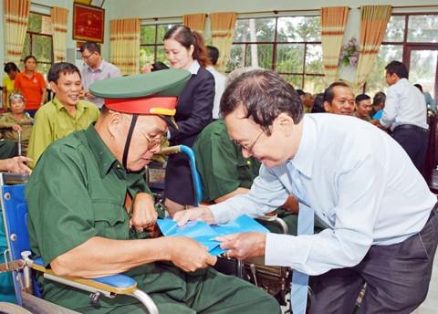 MB tặng quà thương, bệnh binh và người có công ảnh 1