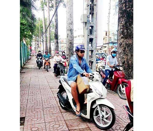 Phạt hành vi chạy xe máy trên vỉa hè ảnh 1