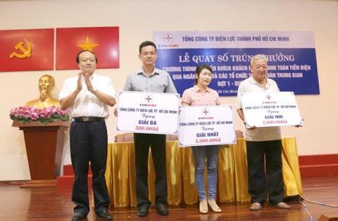 EVN HCMC trao thưởng khách hàng thanh toán qua NH ảnh 1