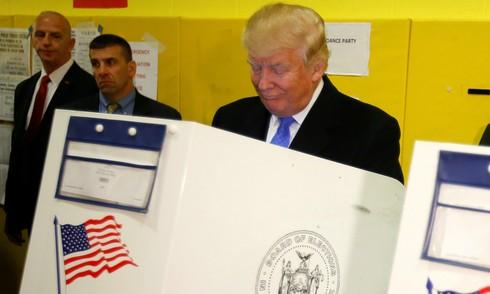 Trump và Clinton đi bầu tổng thống Mỹ ảnh 1