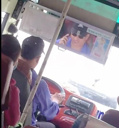 """Người tố cáo tài xế xe buýt """"nấu cháo"""" điện thoại bị buộc thôi việc ảnh 1"""