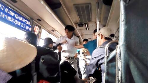 Giang hồ cướp tiền, hành hung khách trên xe buýt ảnh 1