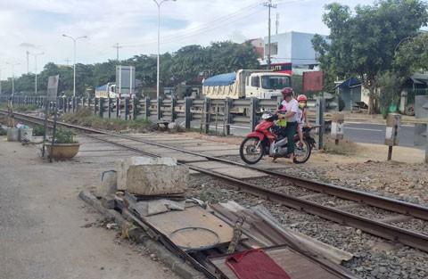 TPHCM: Nhiều điểm giao cắt đường sắt không có người gác ảnh 1