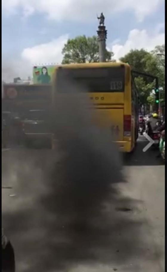 Buýt 5 sao xả khói đen mù mịt ảnh 1