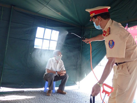 Ra quân chốt chặn kiểm tra thân nhiệt phòng chống dịch Covid-19 ảnh 10