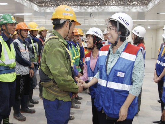 Thăm, tặng quà công nhân khó khăn đang thi công dự án metro số 1 tuyến Bến Thành - Suối Tiên   ảnh 1