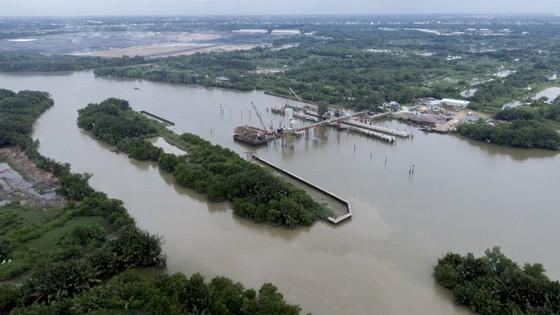 Lắp cửa van ngăn triều lớn nhất Việt Nam ảnh 2