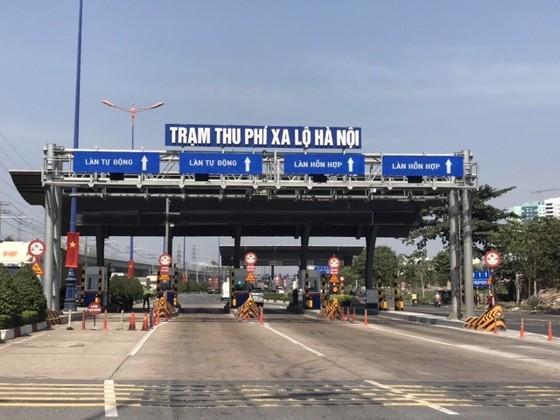 Trạm thu phí xa lộ Hà Nội bắt đầu thu phí từ ngày 1-4. Anh QUỐC HÙNG