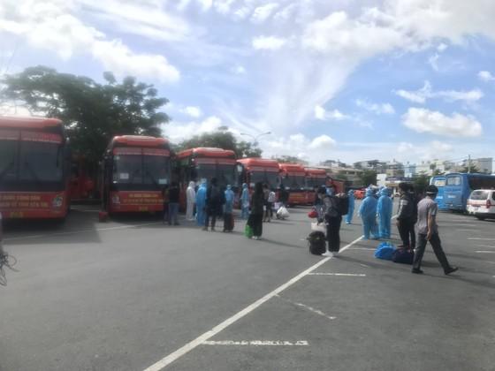 Hơn 300 người dân Bến Tre ở TPHCM được Công ty Phương Trang đưa về quê ảnh 1