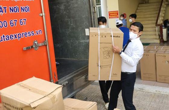 Tập đoàn Phương Trang trao tặng quận Bình Tân hơn 5.000 thiết bị y tế phòng chống dịch Covid-19 ảnh 1