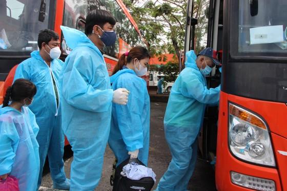 800 người dân Phú Yên được đưa từ Đồng Nai về quê tránh dịch Covid-19  ảnh 1