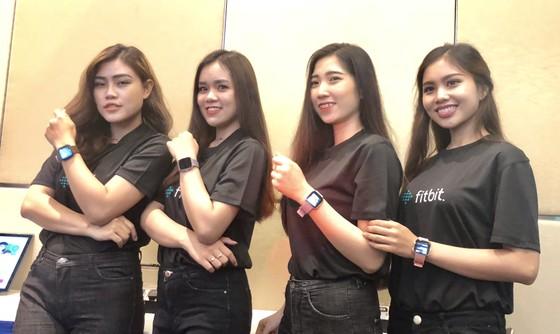 Fitbit Versa, đồng hồ thông minh có mặt kim loại nhẹ nhất ảnh 1