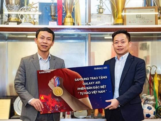 Samsung tặng Galaxy A51 phiên bản đặc biệt cho đội tuyển bóng đá nam và nữ Việt Nam  ảnh 1