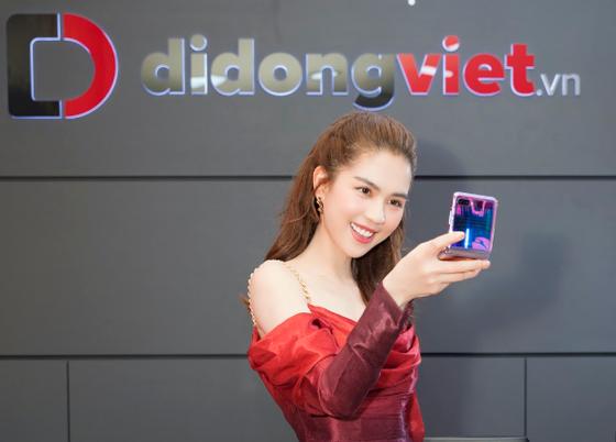 Ngọc Trinh trên tay Galaxy Z Flip đầu tiên trong ngày mở bán tại Di Động Việt ảnh 2
