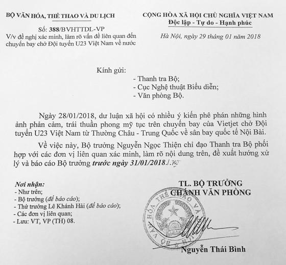 Yêu cầu thanh tra hình ảnh phản cảm trên chuyến bay chở U23 Việt Nam ảnh 1