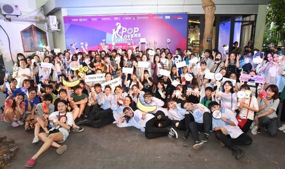 Hàng trăm bạn trẻ cuồng nhiệt trong lễ hội dành cho fan K-pop ảnh 1