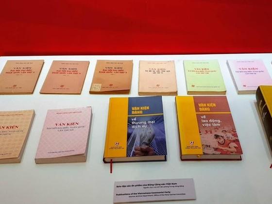 Trưng bày chuyên đề 'Tự hào 90 năm Đảng Cộng sản Việt Nam - Một chặng đường vẻ vang' ảnh 4