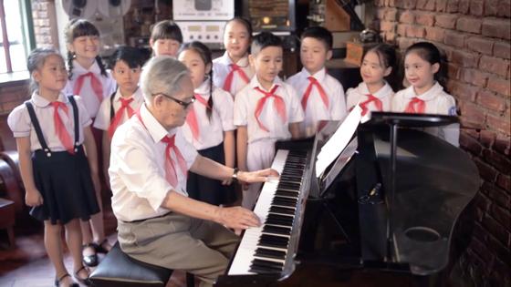 Trở về ký ức của một thời khăn đỏ với giai điệu 'Ta lớn lên cùng đất nước' ảnh 1
