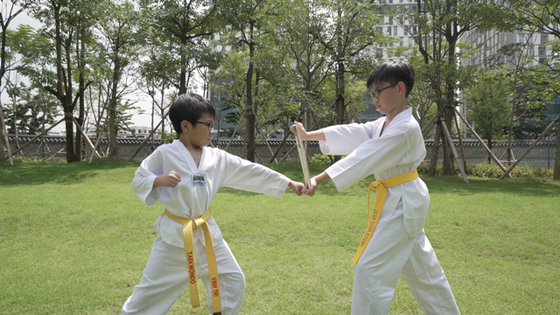 Đại sứ quán Hàn Quốc tại Việt Nam gửi tặng quà đặc biệt cổ vũ học sinh đến trường ảnh 1