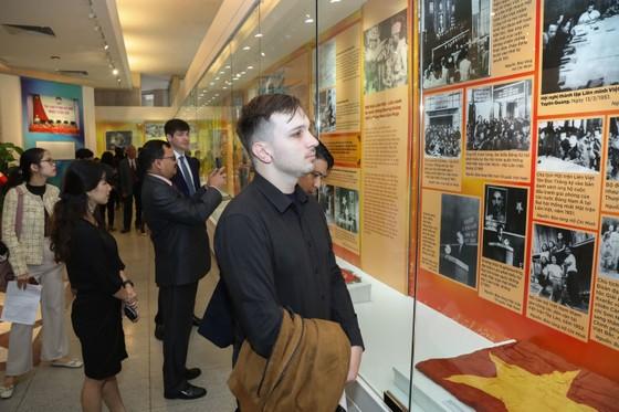 Trưng bày hơn 250 tư liệu quý trong triển lãm 90 năm - Ngọn cờ Đại đoàn kết toàn dân tộc ảnh 2