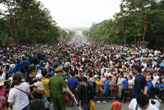 Du khách đổ về Đền Hùng - Phú Thọ gấp 5 lần dự báo  ảnh 1