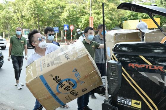 Ca sĩ Tùng Dương gửi hàng chục ngàn khẩu trang y tế và đồ bảo hộ tới Bắc Giang, Bắc Ninh ảnh 1