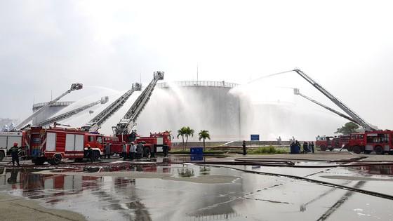 Hơn 900 người tham gia diễn tập chữa cháy, cứu nạn tại Tổng kho xăng dầu Nhà Bè ảnh 4