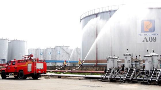 Hơn 900 người tham gia diễn tập chữa cháy, cứu nạn tại Tổng kho xăng dầu Nhà Bè ảnh 2