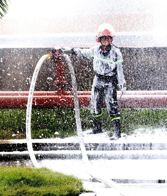 Hơn 900 người tham gia diễn tập chữa cháy, cứu nạn tại Tổng kho xăng dầu Nhà Bè ảnh 10