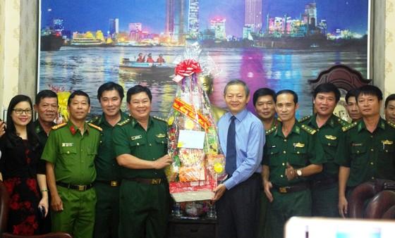 Lãnh đạo TPHCM thăm, chúc tết các đơn vị lực lượng vũ trang, đơn vị thi công đường hoa Nguyễn Huệ ảnh 1