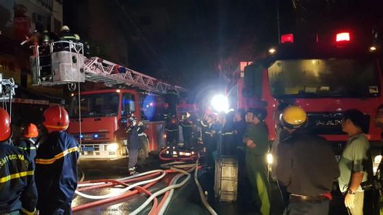 Nhà 5 tầng ở phố lồng đèn quận 5 bị cháy rụi trong đêm  ảnh 1