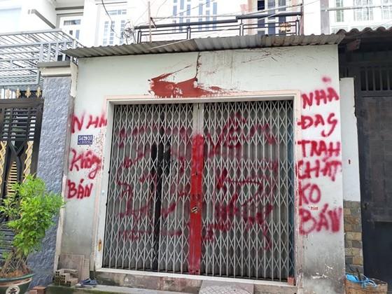 """UBND quận Bình Tân yêu cầu công an điều tra, xử lý nghiêm vụ """"khủng bố"""" bằng sơn, mắm tôm ảnh 1"""