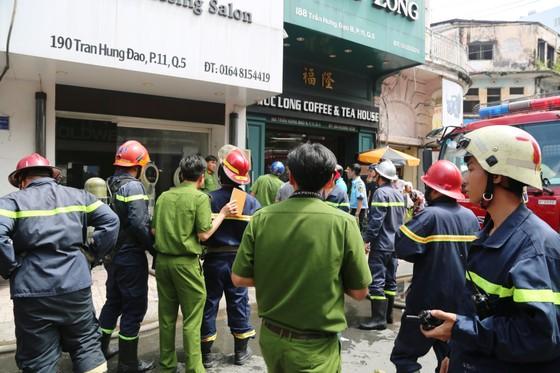 Giải cứu 2 người trong căn nhà 5 tầng bốc cháy dữ dội ảnh 3