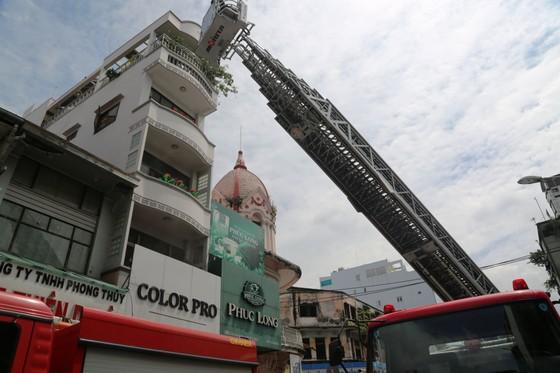 Giải cứu 2 người trong căn nhà 5 tầng bốc cháy dữ dội ảnh 2