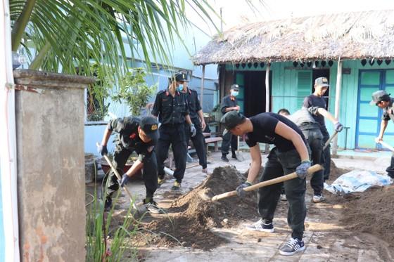 Cảnh sát cơ động giúp người dân ngoại thành TPHCM bê tông hóa hẻm ảnh 1