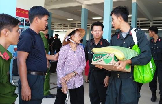 Cảnh sát cơ động giúp người dân ngoại thành TPHCM bê tông hóa hẻm ảnh 3