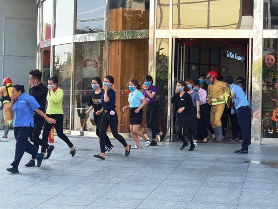 Hơn 200 người diễn tập chữa cháy, cứu 10 người mắc kẹt trong đám cháy ở trung tâm thương mại ảnh 2