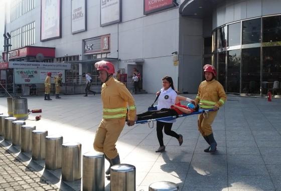Hơn 200 người diễn tập chữa cháy, cứu 10 người mắc kẹt trong đám cháy ở trung tâm thương mại ảnh 6