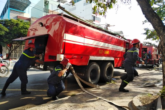 Hơn 200 người diễn tập chữa cháy, cứu 10 người mắc kẹt trong đám cháy ở trung tâm thương mại ảnh 3