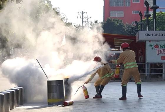 Hơn 200 người diễn tập chữa cháy, cứu 10 người mắc kẹt trong đám cháy ở trung tâm thương mại ảnh 1