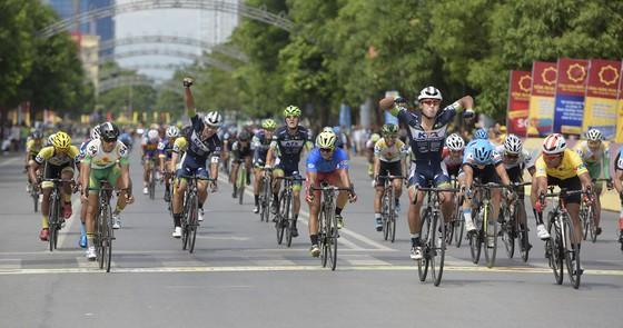 Tay đua Hàn Quốc vui mừng tại đích đến. Ảnh: KIM MINH