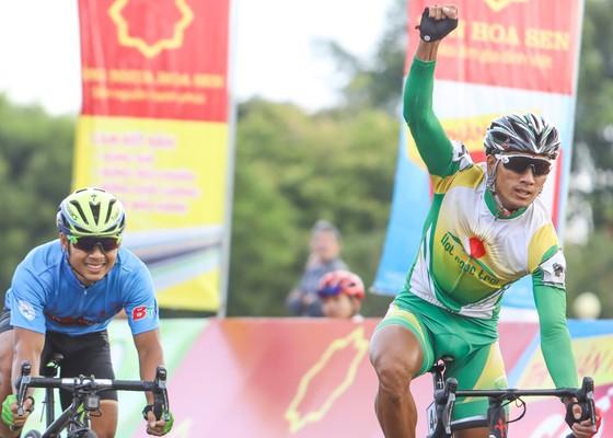 Tay đua Nguyễn Thành Tâm ăn mừng chiến thắng. Ảnh: HOÀNG HÙNG