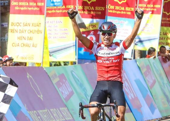 Mai Nguyễn Hưng ăn mừng tại đích đến.