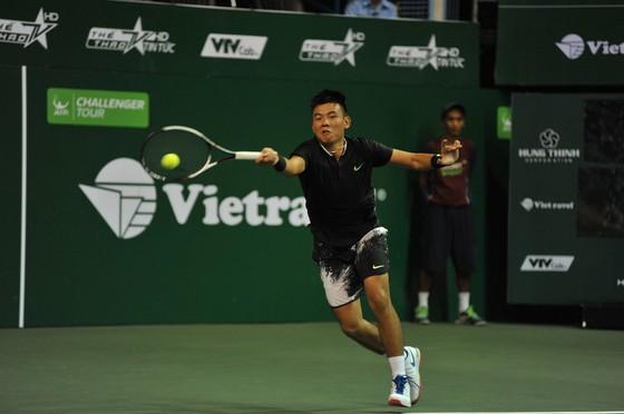 Tay vợt Lý Hoàng Nam giành quyền vào bán kết.