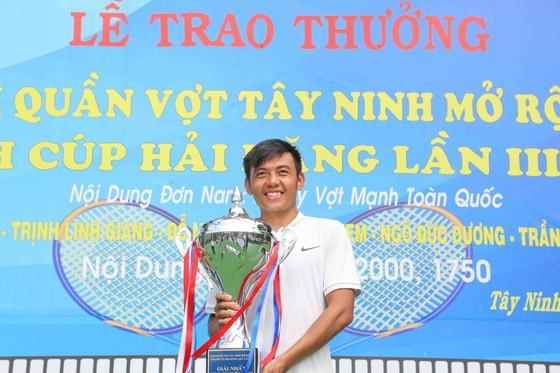 Lý Hoàng Nam bên chiếc Cúp vô địch