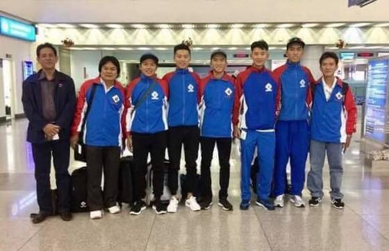 Nguyễn Nhật Nam cùng đồng đội tại sân bay