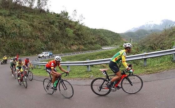 Các tay đua đang chinh phục đèo Phượng Hoàng tại cuộc đua xe đạp BTV cúp 2017 chặng đua Nha Trang - Buôn Mê Thuột. Ảnh: HOÀNG HÙNG
