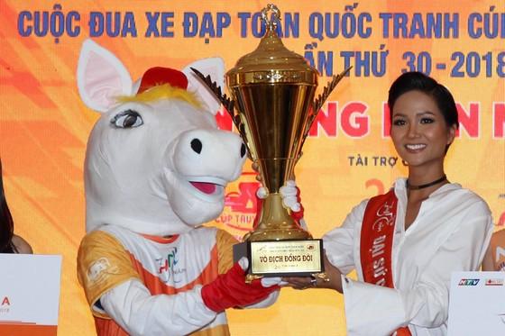 Đại sứ của cuộc đua - Hoa hậu H'Hen Niê giới thiệu Cúp và linh vật. Ảnh: Hoàng Hùng